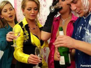 Пьяные женщины трахаются с выносливым жиголо на корпоративе