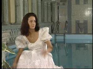 Хорошенькая реальная невеста и ее жених занялись сексом у бассейна
