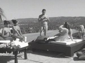 Групповая оргия свингеров на крыше дома после игровой разминки