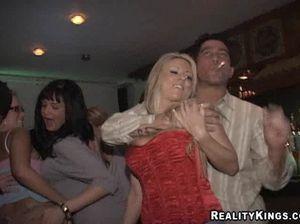 Крепкий лысый мужик трахает пьяную блондинку из ночного клуба