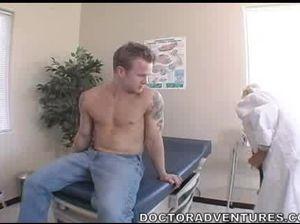 Взрослая медсестра с большими сиськами трахается со студентом