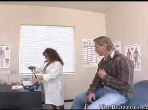 Две грудастые медсестры трахаются с большим накачанным пациентом