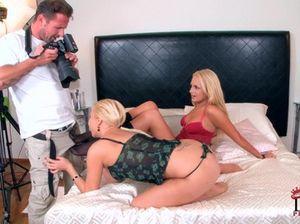 Отличный любовник занимается анальным сексом с двумя блондинками