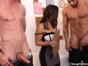 Крепкие коллеги ебут в два смычка сексуальную секретаршу в чулках