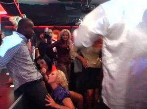 Дешевые пьяные шлюшки трахаются в ночном клубе с незнакомцами