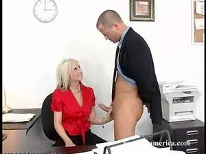 Озабоченный начальник уговорил на секс и трахнул секретаршу в офисе