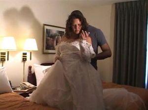 Загадочный негр трахает невесту в ее разработанное очко
