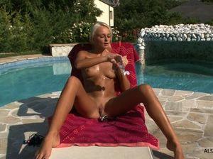 Светлая русская девушка в масле мастурбирует вибратором у бассейна