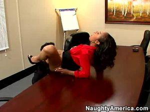 Грудастая негритянка трахается в офисе со своим начальником