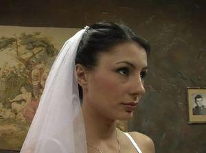 Взрослый пузатый жених трахнул невесту прямо на свадьбе
