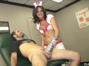 Медсестра дрочит пациенту член большим мужским мастурбатором
