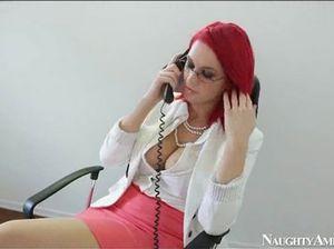 Рыжая секретарша с большими сиськами перепихнулась с боссом
