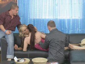 Две супружеские пары свингеров устроили сексуальные игры