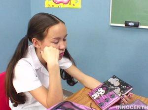 Классный учитель трахает студентку уснувшую на его занятии