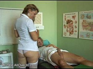 Зрелая возбужденная медсестра трахает пациента после осмотра