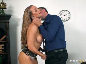 Строгий босс трахает большим членом сексуальную секретаршу