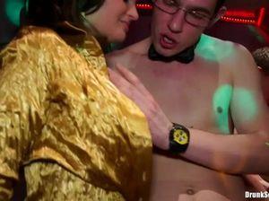 Безупречные пьяные девушки трахаются с незнакомцами на тусовке