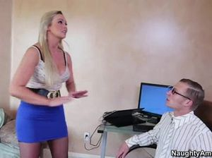 Стеснительный парень в очках трахается с секретаршей в чулках