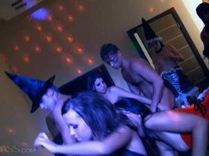 Старшекурсники устроили групповуху на сексуальный Хэллоуин