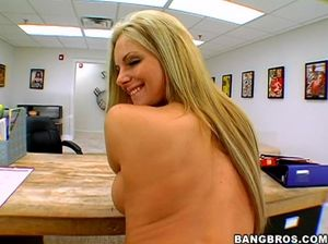 Босс принял на работу грудастую блондинку после секса в офисе