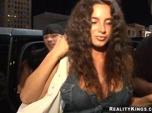 Пьяные девки трахаются с парнями после тусовки в ночном клубе