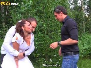 Хорошие друзья трахают невесту во все дырки в дремучем лесу