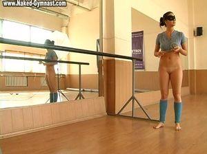 Голая гимнастка в маске устроила эротическое соло на тренировке