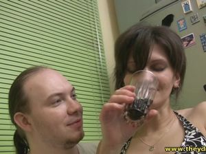 Плешивый хитрый парень трахает пьяную девушку в отключке