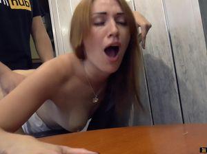 Рыжая украинка и ее парень занялись домашним сексом на кухонном столе