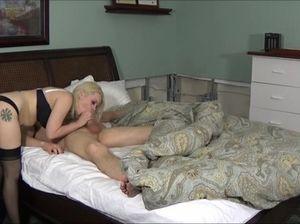 Сексапильная грудастая мамаша трахается с сыном в позе наездницы