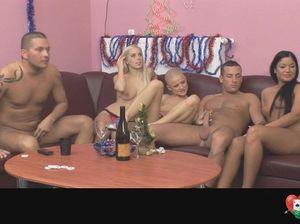 Свингеры играют в боулинг перед новогодним групповым сексом