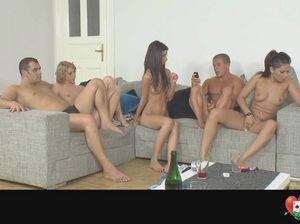 Страстные молодые свингеры пробуют разные игры для секса