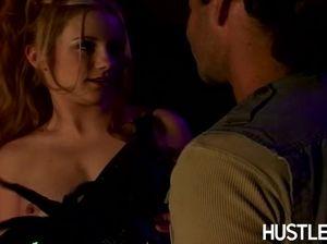 Кокетливая деваха трахается в ночном клубе с незнакомцем