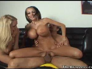 Девушка проходит секс прием на работу вместе с секретаршей
