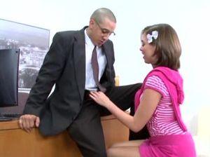 Начальник в очках трахнул на собеседовании плоскую девку