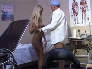 Потаскушка ротиком ублажает пожилого гинеколога в больничной палате