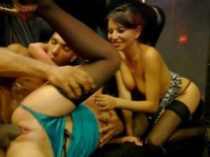 Две русские студентки во время вечеринки удовлетворяют своих парней