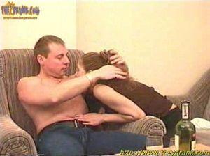 Пьяная русская девушка делает минет и писает во время секса