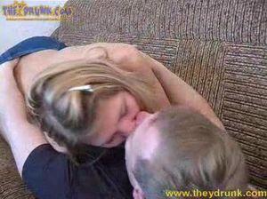 Пьяная молоденькая блондинка сосет хуй и отдается парню на диване