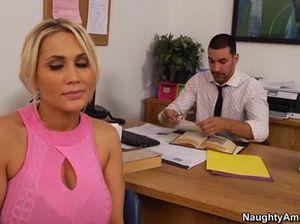 В офисе блондинка с большой силиконовой грудью отдается новому начальнику