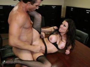 Горячий начальник уговорил на секс секретаршу с красивой грудью