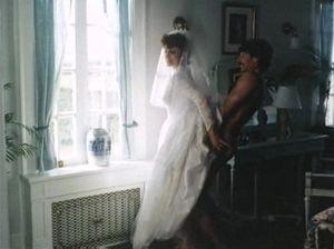 Невеста сосет хуй и ебется с брутальным мужиком на свадьбе
