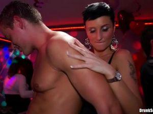 На празднике в ночном клубе пьяные минетчицы сосут члены мужчин