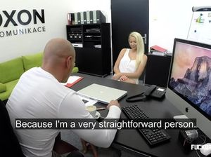 Во время приема на работу блондинка занимается сексом с лысым шефом