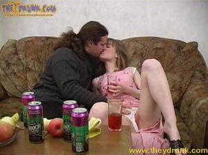 Молодая русская девушка напилась и раздвинула ноги перед волосатым мужиком