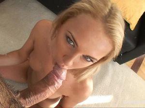 Украинская блондинка занимается сексом в рабочий анал