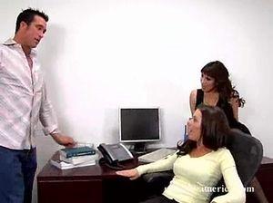 В офисе две брюнетки с красивыми телами удовлетворяют своего начальника