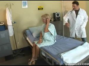 Врач в клинике долбит большим членом анальную дырочку блондинки
