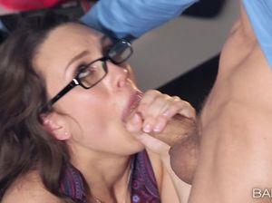 На столе шеф долбит молодую секретаршу в мокрую киску