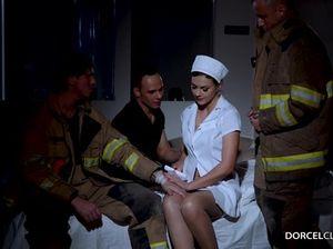 Три пациента присунули невероятно соблазнительной медсестре во все дырки
